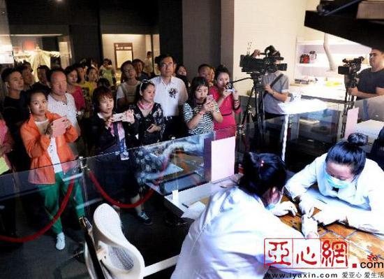 观众在展览现场参观文物修复 首席记者 张万德 摄