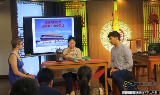 """""""文化自信-大国真传""""大讲堂开始前,北京化工大学的外国留学生感受中国茶文化。千龙网记者 纪敬摄"""