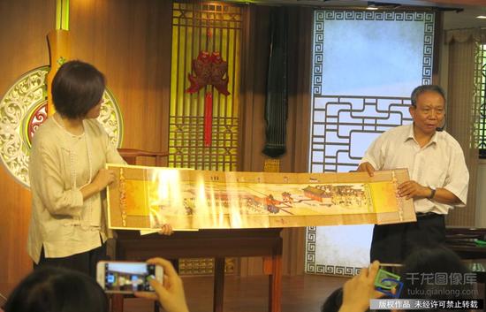 贾福林向观众展示卤薄图。卤薄指的是古代皇宫仪仗队。千龙网记者 纪敬摄