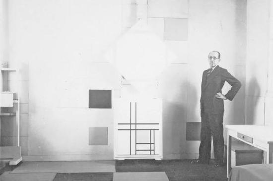 《彼埃·蒙德里安在画室》(Piet Mondrian in his studio),1933年,摄影:查尔斯·卡斯滕(Charles Karsten)