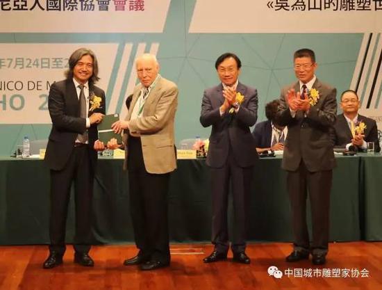 赠书仪式主礼嘉宾吴为山教授向卢斯塔尼亚人国际协会代表Roberto Vecchi教授赠送葡文版《吴为山的雕塑世界》