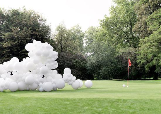 高尔夫球场上的白色气球
