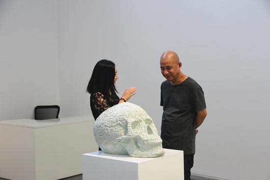 艺凯旋画廊负责人李兰芳正在与艺术家方力钧交谈