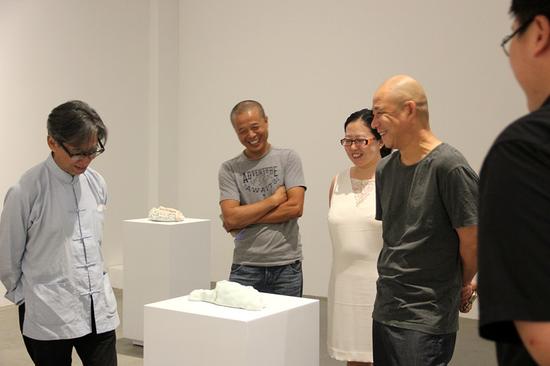 左一张颂仁先生,左二艺术家李玉端,右二艺术家方力钧