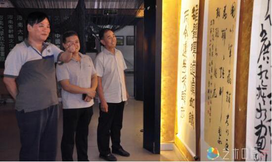 郑州市文联主席钟海涛为现场观众们做现场导览