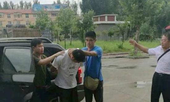 8月1日上午,公安部A级通缉令逃犯刘建涛在滕州落网。闪电新闻 图