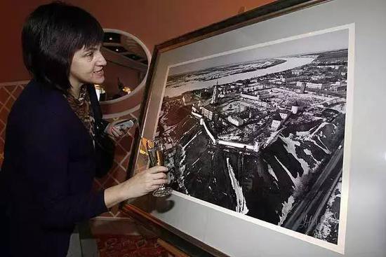 参观者欣赏梅德韦杰夫的摄影作品, AP Photo/Dmitry Lovetsky.