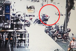 嫌疑人林某与李某搭档,盗窃快递包裹。长宁警方 图