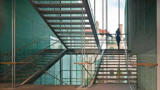 博物馆曾在近年由意大利建筑师伦佐-皮亚诺负责设计增建