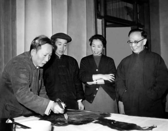 左起:傅抱石、许麟庐、郁风、郭沫若
