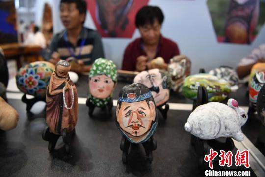 云南文博会上展示的农民画家土豆彩绘作品
