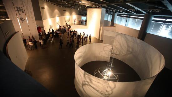 《隔空》(装置影像 ),铁丝网、布幕、灯光 ,尺寸可变,2013年