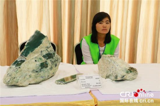 第54届翡翠公盘上保留底价最高的的是由三块翡翠原石组成、总重量为64千克的一批玉石,起拍价为1200万欧元,最终流拍 (摄影:涂赟)