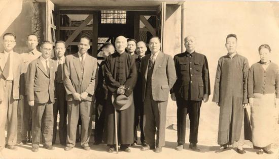 1954年,蒋介石视察台湾北沟库房,前排右二为梁金生的爷爷梁廷炜。(梁金生 供图)