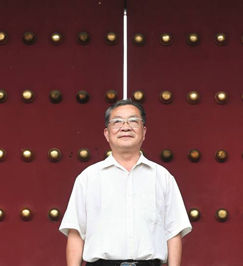 2017年8月1日,梁金生在故宫协和门前。(柴程 图)