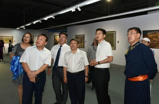 策展人巴特(右一)陪同领导嘉宾参观展览