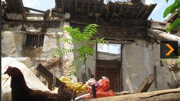 陕西文保寺庙坍塌 居民废墟上养鸡