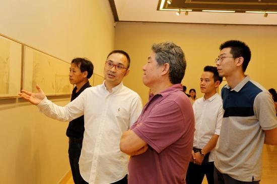 艺术家张见与中国艺术研究院副院长谭平在展览现场