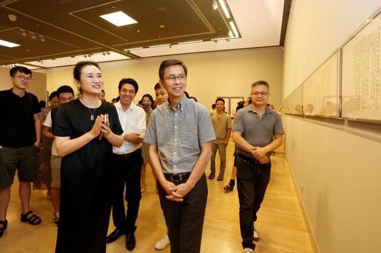 艺术家高茜与中国美术家协会副主席何家英在展览现场