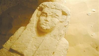 一个古墓中的4个石棺表面都被雕刻成人脸的样子