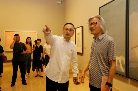 艺术家张见与中国工笔画学会常务副会长兼秘书长萧玉田在展览现场