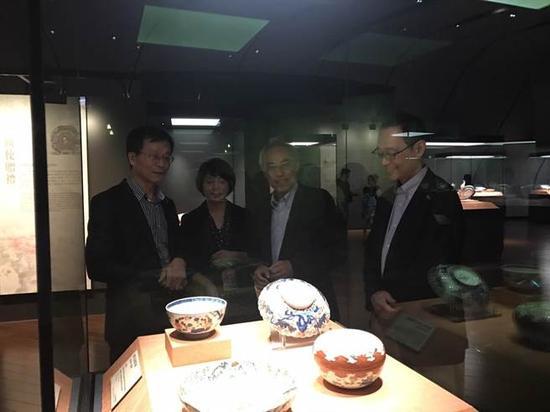 故宫院长林正仪(左一)、日本大阪市立东洋陶瓷美术馆长出川哲朗(右二)今表示,「青花柳叶鸟纹盘」将�袢帐酱�统「金继」方式修�汀#ǜ呓跞缟悖�