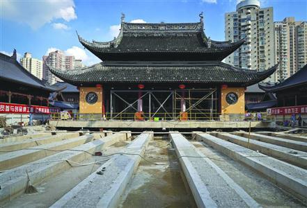 为保证原始风貌,大雄宝殿及其内部的佛像、文物将整体同步平移。 /晨报记者 竺钢