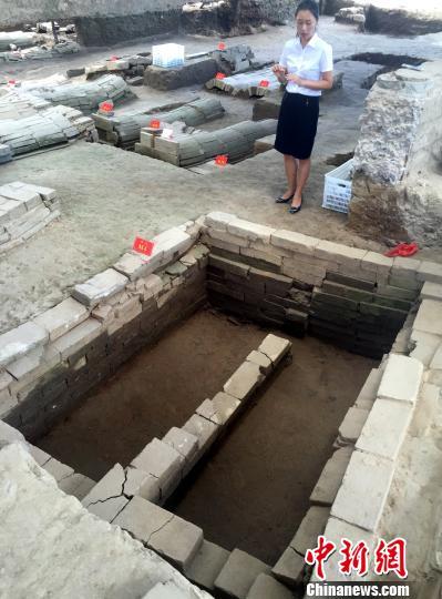 8月28日,工作人员介绍,墓园中的四号墓(M4)即为汤显祖墓。 刘占昆 摄