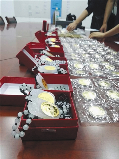 金币、金砖和水杯等,都是警方收缴的五行币系列产品