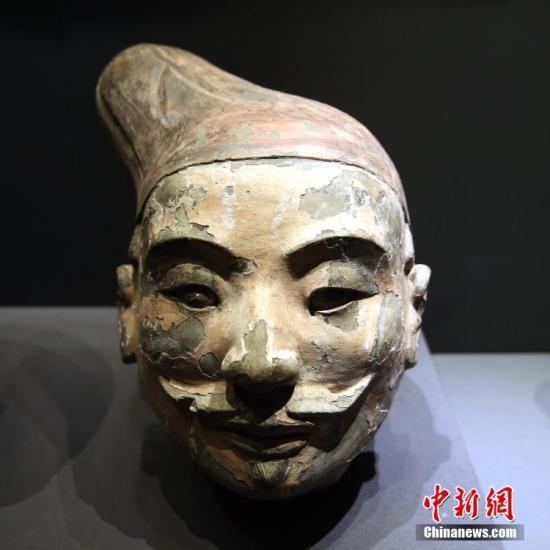 """8月30日,展馆内展出的保护后的彩绘俑头。当日,""""留住色彩——陶质彩绘文物保护成果展""""于西安秦始皇帝陵博物院开幕,共展出先秦至元代的陶制彩绘文物121件(组)。通过集中展示近年来陶质彩绘文物的保护成果,以提升公众保护文物的意识。据秦始皇帝陵博物院院方介绍,经过多年艰苦攻关,首次在兵马俑的彩绘中发现了古人人工合成的""""中国蓝""""和""""中国紫""""。 中新社记者 张远 摄"""