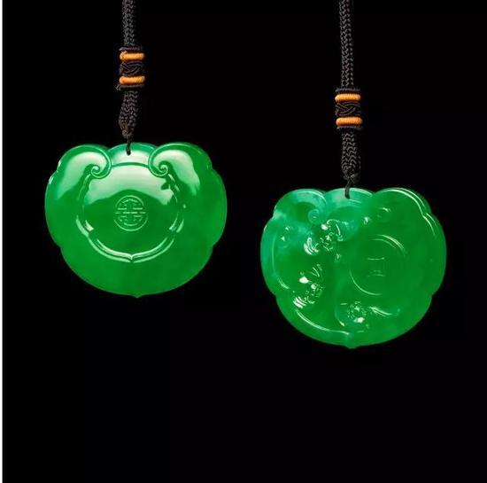 张炳光作品《长命锁》用顶级满绿翡翠料制成,通体透亮,典雅华贵。