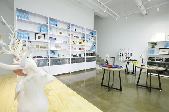 一层专业展厅空间和艺术品商店及体验区