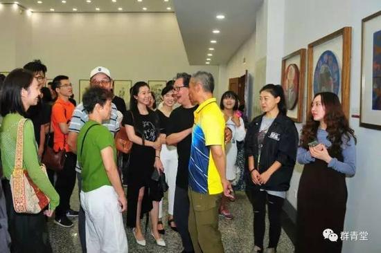 赵绪成老师和于友善老师在画展现场与同学热烈讨论