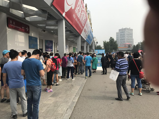 2017北京艺博会售票现场排队观众