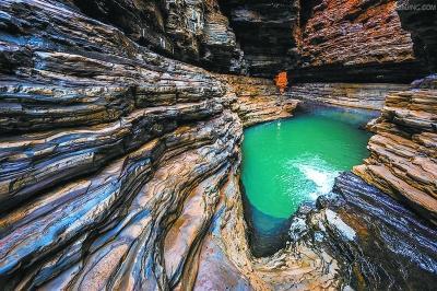 废弃的汉白玉矿坑涌出山泉水。 高庄村供图