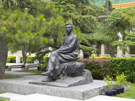 张文新 鲁迅坐像 1961年 194×142×203cm 中国美术馆藏
