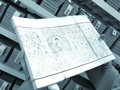 净善法师展示所藏经书上精美的扉画