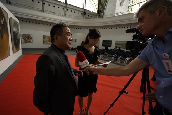 布拉格中欧国际艺术双年展创始人、著名艺术家、组委会主席李海旺先生接受布拉格电视台的采访