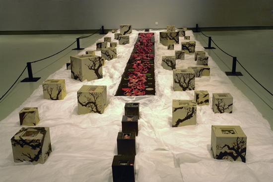 黄新本 红楼梦 ? 葬花现代 600×300×200cm 陶艺装置 2005 年