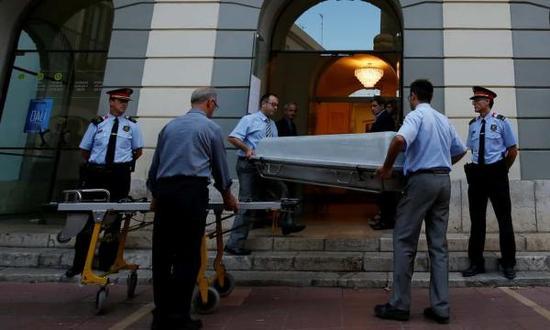 工作人员当时移出达利的棺材