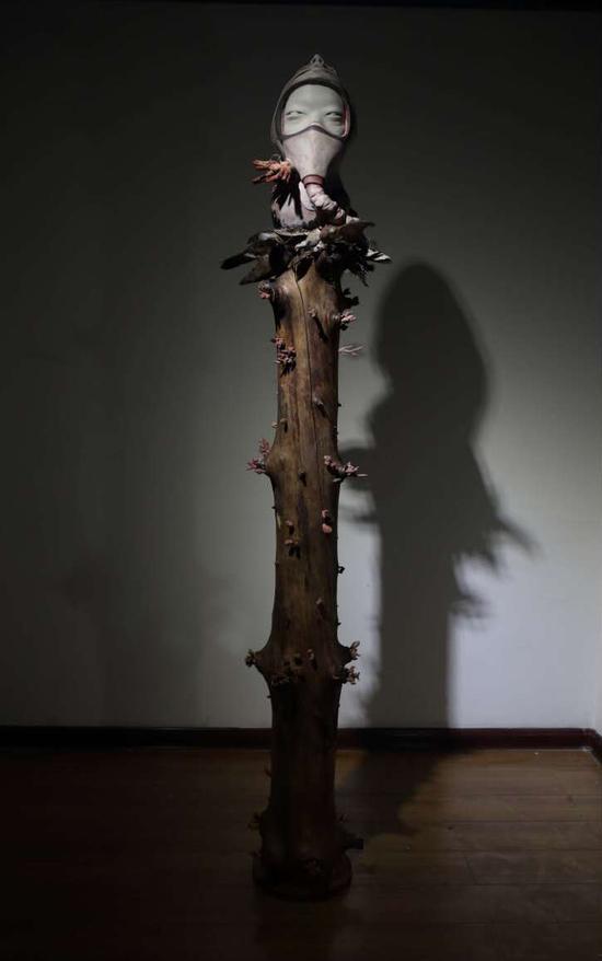 《重生-木》  45cm x 45 x 190 cm 玻璃钢著色、木、标本、金属  2015
