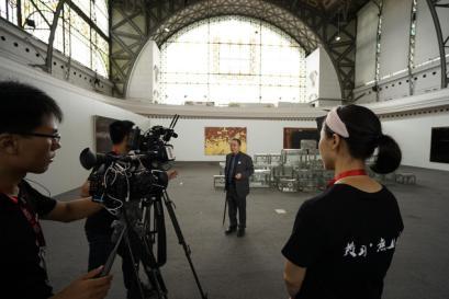 布拉格中欧国际艺术双年展创始人、著名艺术家、组委会主席李海旺先生接受中国中央电视台CCTV摄制组采访