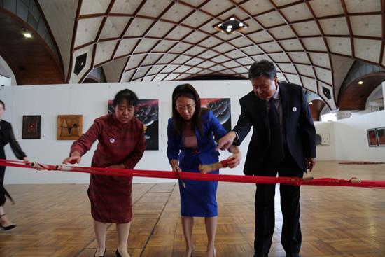 中国驻捷克大使馆文化参赞吴光女士参观展览时与来自中国山西襄汾县丁村土布的非物质文化遗产传承人互动,体验传统棉纺技艺中的刷线