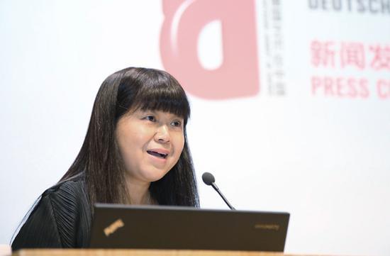 中央美术学院党委宣传部部长秦建平主持新闻发布会