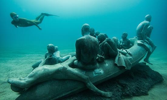 """""""兰佩杜萨岛的木筏"""" 。Jason DeCaire Taylor图"""