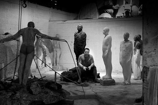 泰勒在工作室,他的身后是一系列为坎昆的水下雕塑博物馆创作的雕塑。Jason DeCaire Taylor 图