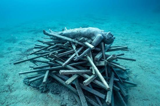 """作品""""不朽""""(Immortal),位于兰萨罗特岛的大西洋博物馆。Jason DeCaire Taylor图"""