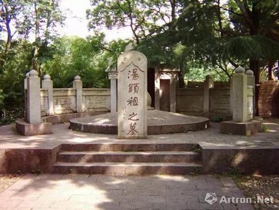 图说:位于人民公园内的汤显祖墓 官方图