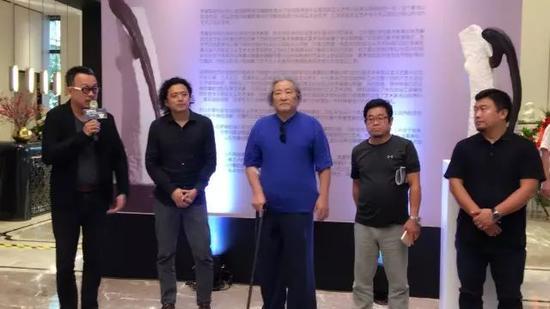 开幕式现场,策展人梁克刚、艺术家李富军、著名雕塑家徐立忠、美术批评家徐亮、蓝光地产代表李炜(从左至右)