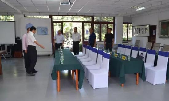 省政协常委、民宗委副主任邓显祥亲自安排会场布置